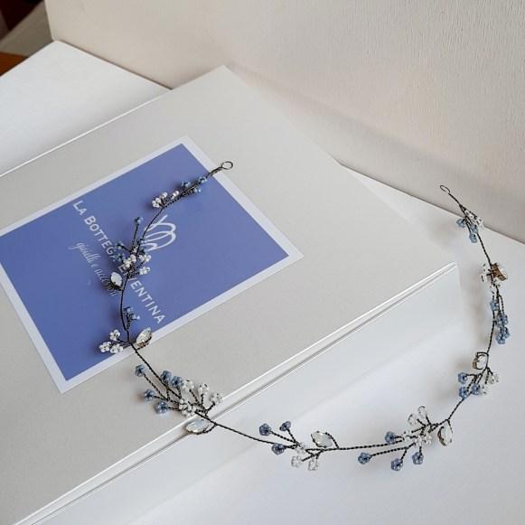 Coroncina in bronzo vintage con fiori blu polvere