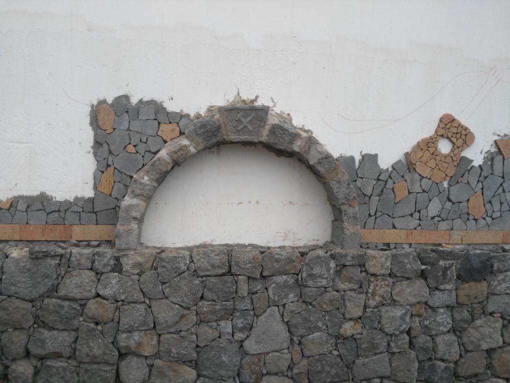 muro y arco de mampostería realizado por los alumnos del curso
