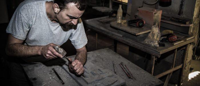 Maestro y monitor artesano trabajando la piedra artesanalmente.