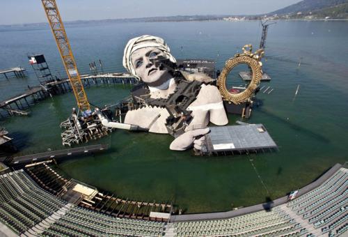 Marat gigante escenario ópera lago Constanza