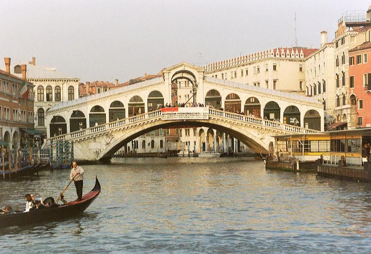 Su e Zo per i Ponti, largo paseo festivo Venecia