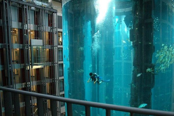 El mayor acuario cilíndrico del mundo está en un hotel de Berlín