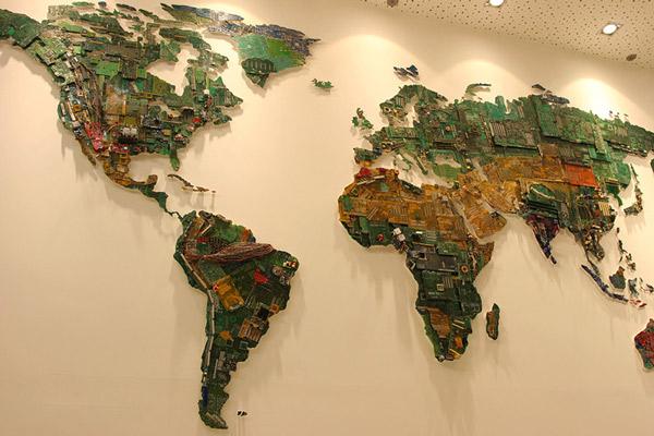 Mapamundi gigante con piezas de ordenador
