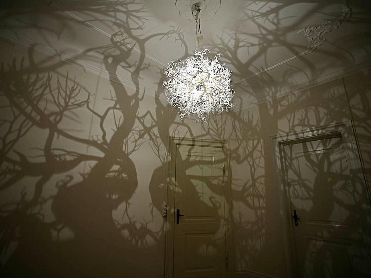 Una lampara que transforma tu habitación en un bosque de sombras