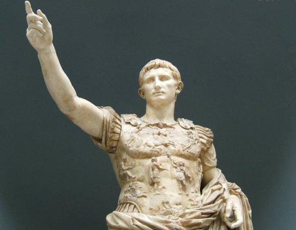 Augusto vuelve a Roma dos mil años después