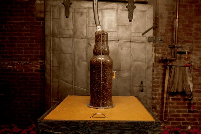 Utilizan 80000 abejas para esculpir una botella de whisky 1