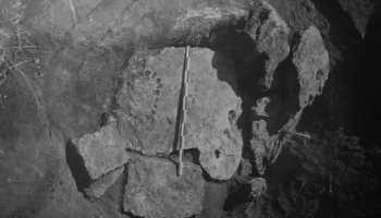 Una losa descubierta en Rostov en una tumba de la Edad de Bronce sería un reloj de sol y un reloj de luna