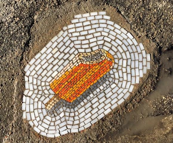 Artista transforma baches mosaicos
