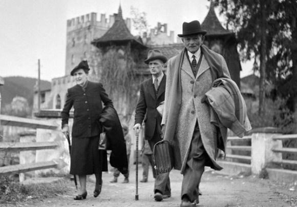 El general francés Maxime Weygand (a la derecha) y su esposa abandonando el castillo el 5 de mayo de 1945