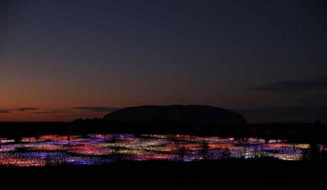 Field of Light, la instalación que ilumina con 50 mil bombillas el Desierto Rojo australiano