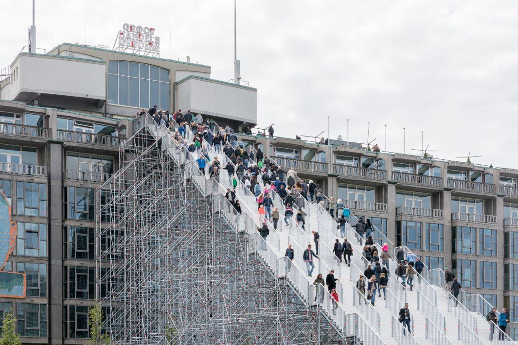 Construyen una gigantesca escalera para celebrar el 75 aniversario de la reconstrucción de Rotterdam