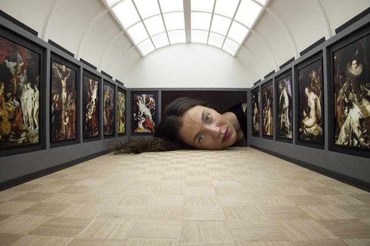 Las grandes pinacotecas mundiales, reproducidas en miniatura con las cabezas de los espectadores