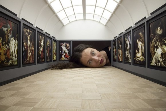 Grandes pinacotecas mundiales reproducidas miniatura con las cabezas de los espectadores