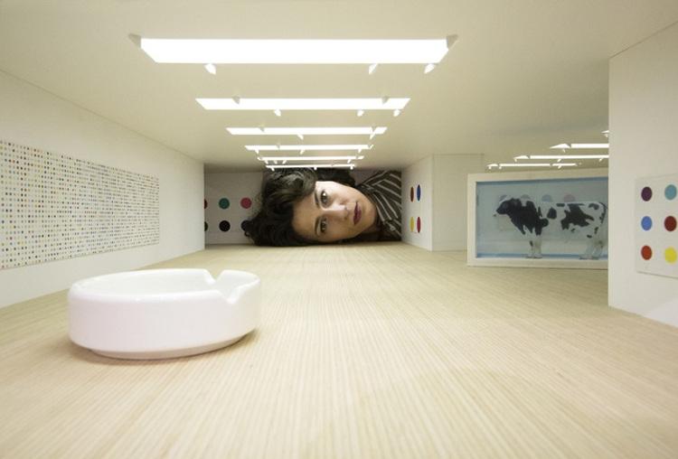 Grandes pinacotecas mundiales reproducidas miniaturas con cabezas espectadores