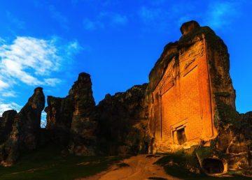 Vista lateral del Monumento de Midas / foto Shutterstock