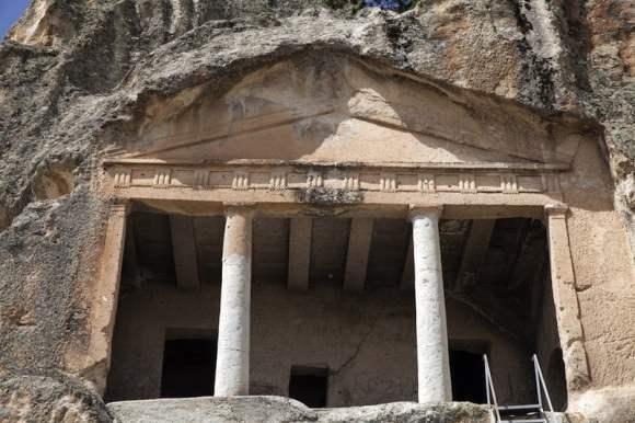 Pórtico excavado en la roca / foto Shutterstock