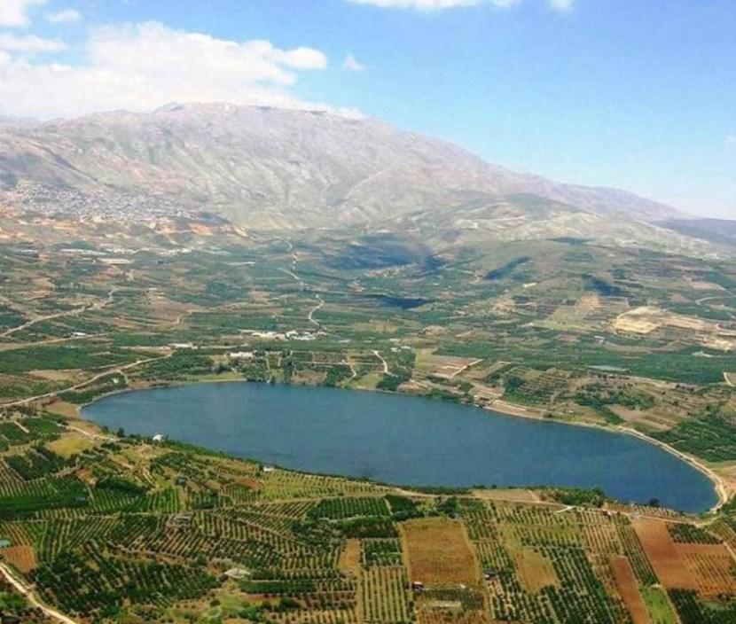 El monte Hermon con el cráter delante. Foto: Wikimedia