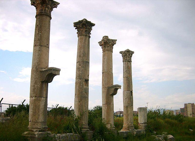La tumba monumental del poeta astrónomo Arato, oculta bajo un campo de naranjos y jamás abierta