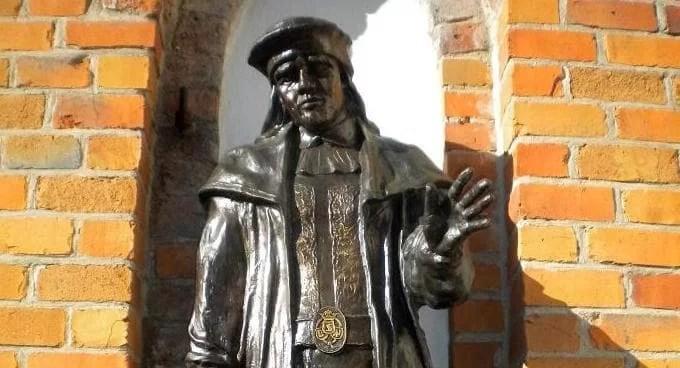 Estatua de Erico de Pomerania en el castillo de Darlowo