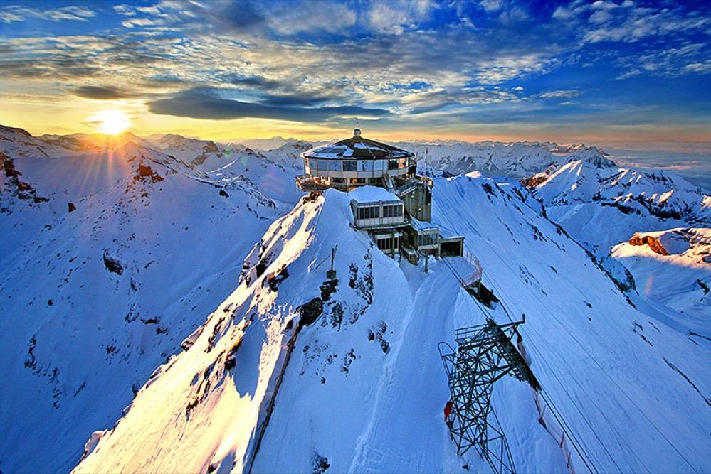El espectacular restaurante giratorio en los Alpes Suizos construido gracias a James Bond