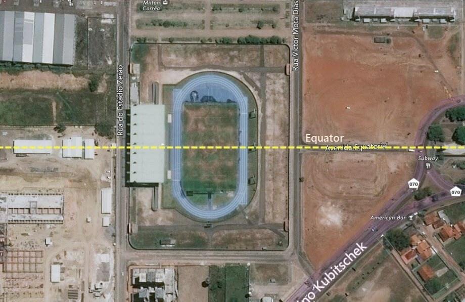 Un estadio de fútbol dividido por la línea del ecuador