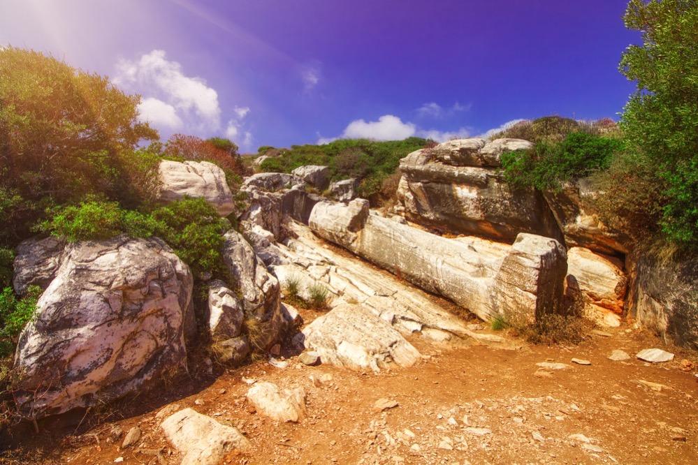El Coloso de Dionisos y los kuroi de Flerio, estatuas griegas del siglo VI a.C. que permanecen inacabadas en las canteras de Naxos