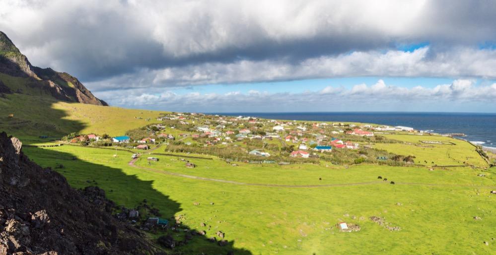 Más de 200 personas viven en Edimburgo de los Siete Mares, la localidad más remota del mundo, donde los foráneos tienen prohibido asentarse