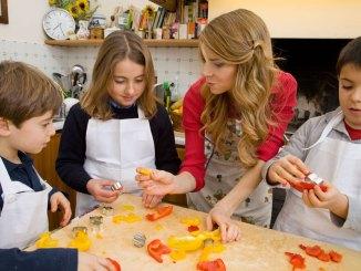 Progetto-Sano,-giusto-e-con-gusto!---La-dottoressa-Annamaria-Acquaviva-in-cucina-con-i-bambini-copertina