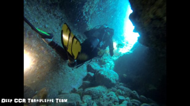 Lea plonge dans les grottes de la Calanque de Sormiou à Marseille