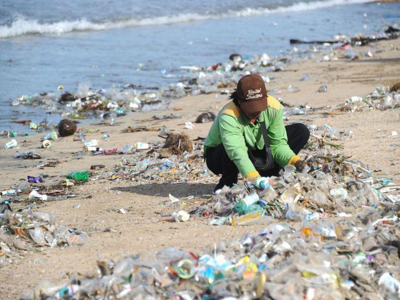 Plage de Sable couverte de déchets de la mer à Kedonganan Beach, Bali, Indonésie. (c) Nouvel Obs AFP PHOTO / SONNY TUMBELAKA