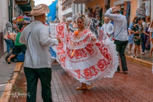 Desfile de indumentarias típicas – Baile de tambor en la calle