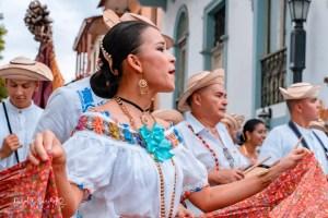 Desfile de indumentarias típicas – Pollera montuna con lazo