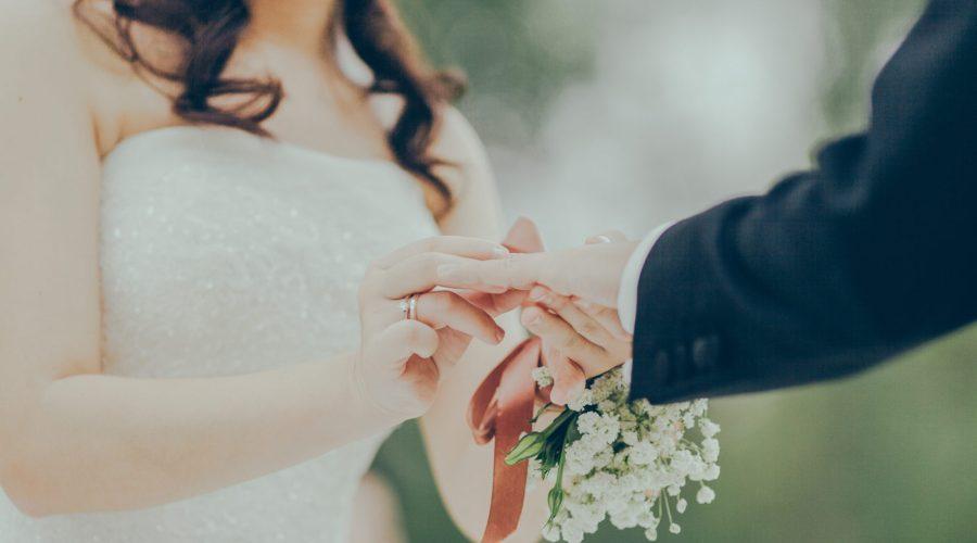 Das Brautpaar tauscht sich die Eheringe