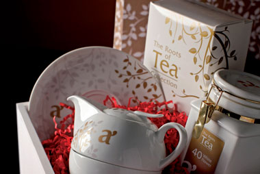 White Emotion - Tè in foglia 1 confezione di tè in foglia – 1 filtro in acciaio 1 infusiera Tea for One in porcellana – 1 piattino in porcellana 1 cucchiaino in porcellana – 8 cristalli di zucchero