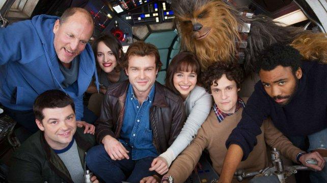 <div>Única imágen publicada del rodaje de la película sobre la juventud de Han Solo (Alden Ehrenreich, en el centro, con cazadora).</div>