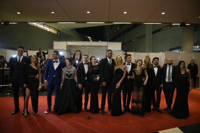 Andújar, el Patón Guzmán, Biglia, Romero, Nico Vázquez, Pocho Lavezzi y Javier Mascherano, junto a sus parejas, posan para las cámaras.