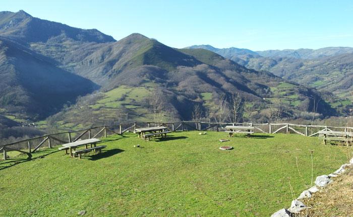 Area recreativa de montaña con niños, Asturias
