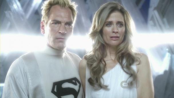"""Julian Sands y Helen Slater en la serie """"Smallville"""" (2001)"""