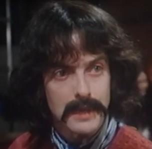 Irreconocible en su papel de George Harrison