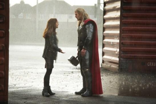 Chris Hemsworth y Natalie Portman en Thor 2: El mundo oscuro