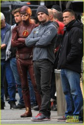 grant-gustin-stephen-amell-the-flash-arrow-crossover-04