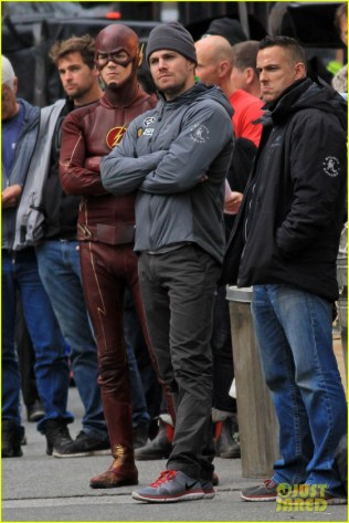 grant-gustin-stephen-amell-the-flash-arrow-crossover-12