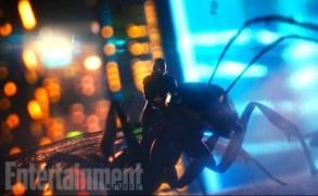 Ant-Man montado en una hormiga voladora