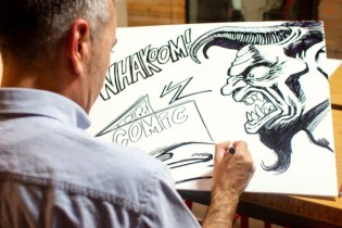 Jordi March dibujando su dedicatoria para Whakoom