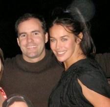 El especialista y coreógrafo de escenas de acción Greg Van Borssum con la actriz Megan Gale