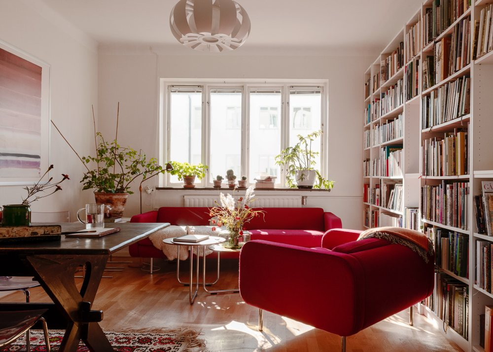 fabulous red in apartment 01
