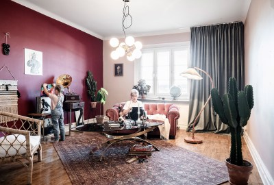 Burgundy color as heart of the design of an apartment 01