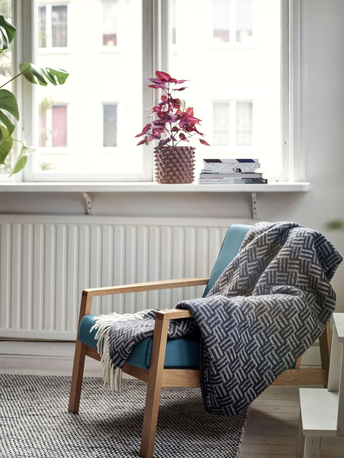 Metal, pink and blue palette in a Scandinavian decoration 04