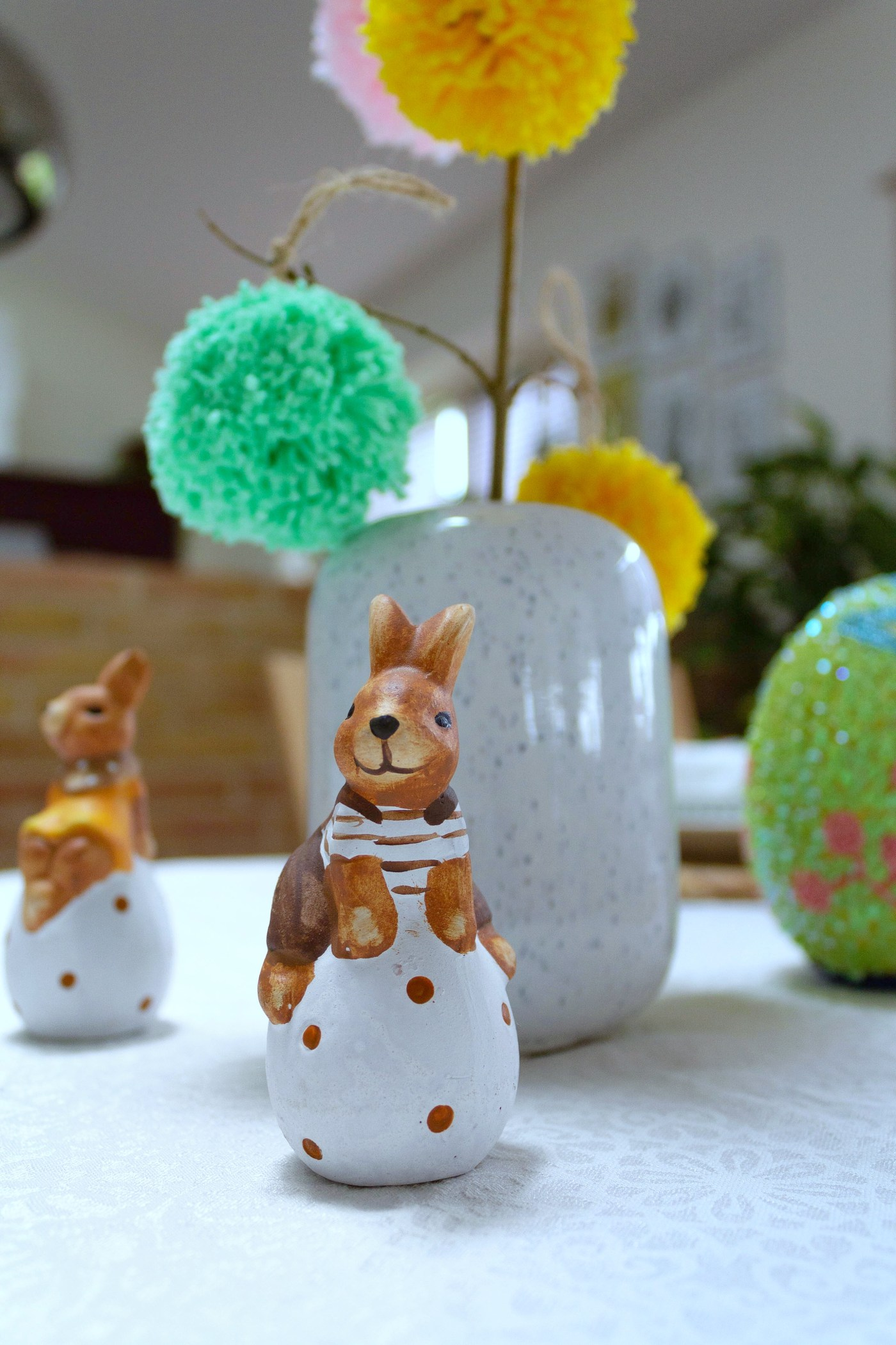 Easter table decoration with pompoms 10