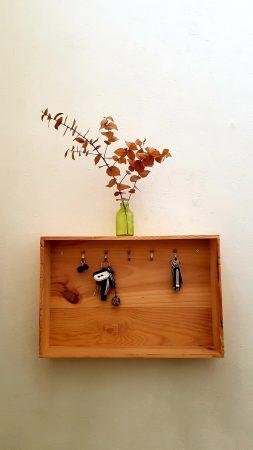 Comment transformer une caisse de vin en boîte à clés ?